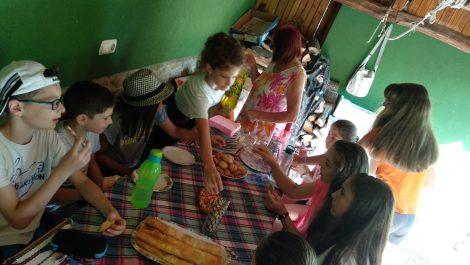 Чавдарчетата на СК Ракетлон помогнаха на една баба от селото с изяждането на закуската за внучето